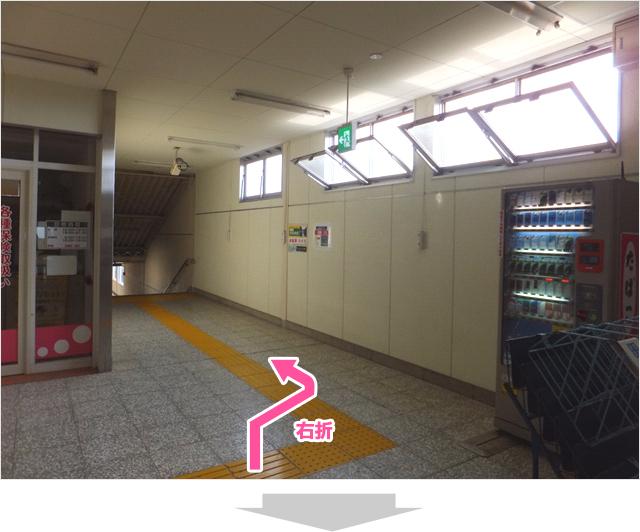 三咲駅改札を出てから、右の階段を下りる